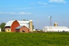 Celeiro e silos Fotos de Stock