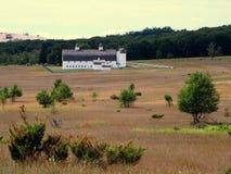 Celeiro e silos brancos nas dunas do urso do sono. fotos de stock royalty free