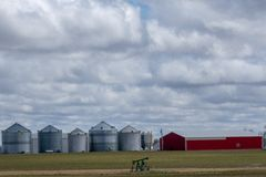Celeiro e silos no meio do campo de exploração agrícola fotos de stock