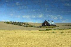 Celeiro em campos de trigo na estrada 2 perto de Waterville, WA foto de stock royalty free