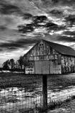 Celeiro em preto e branco com fundo nebuloso Imagens de Stock Royalty Free