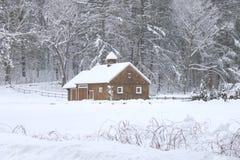 Celeiro em um dia nevado em Nova Inglaterra foto de stock royalty free