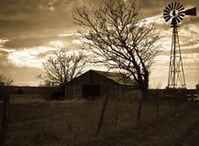 Celeiro & moinho de vento velhos fotos de stock royalty free