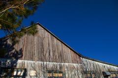 Celeiro na frente de um céu claro com espaço da cópia Fotografia de Stock