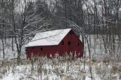 Celeiro nevado vermelho Imagens de Stock