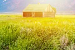 Celeiro no amanhecer no parque nacional do teton grande, Wyoming, EUA foto de stock
