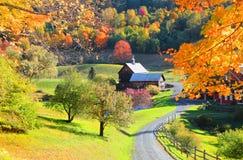 Celeiro no lado do país de Vermont fotografia de stock royalty free
