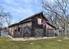 Celeiro rústico com edredão de Amish fotografia de stock royalty free