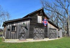 Celeiro rústico com uma edredão de Amish contra um céu azul imagens de stock royalty free