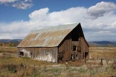 Celeiro rústico em Colorado em um dia fresco de Cloudly Foto de Stock