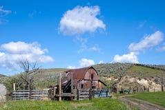 Celeiro rústico em uma exploração agrícola fotografia de stock