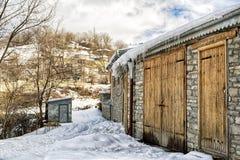 Celeiro rústico na neve fotografia de stock