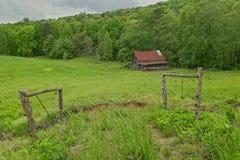 Celeiro resistido abandonado nas montanhas imagens de stock