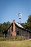 Celeiro rural com moinho de vento Fotografia de Stock Royalty Free