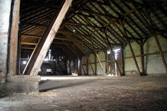 Celeiro rural de madeira com apoios grandes Foto de Stock Royalty Free