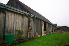 Celeiro rural em uma exploração agrícola em Áustria imagem de stock royalty free
