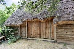 Celeiro rural ucraniano tradicional velho com um telhado da palha para a grama seca Fotos de Stock Royalty Free