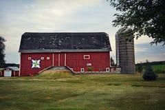 Celeiro & silo vermelhos imagens de stock royalty free