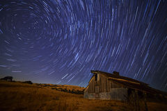 Celeiro sob o céu stary Fotografia de Stock