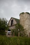 Celeiro velho, cinzento, abandonado e silo Overgrown Withs foto de stock royalty free