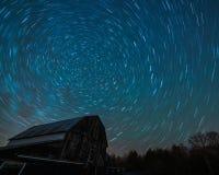 Celeiro velho de Ontário e o arrasto das estrelas da noite fotos de stock