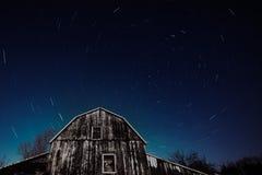 Celeiro velho de Ontário e o arrasto das estrelas da noite imagem de stock
