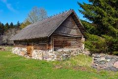 Celeiro velho do log com um telhado cobrido com sapê fotografia de stock royalty free