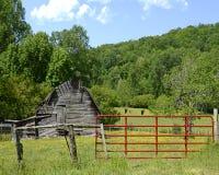 Celeiro velho e porta vermelha Fotos de Stock