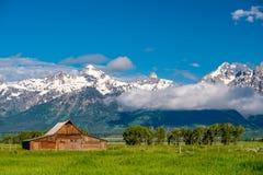 Celeiro velho em montanhas grandes de Teton imagem de stock
