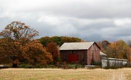 Celeiro velho em um campo Foto de Stock