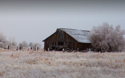 Celeiro velho em um dia de inverno frio imagens de stock