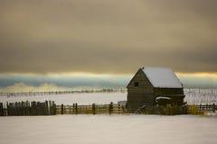 Celeiro velho na neve Fotos de Stock