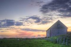 Celeiro velho na paisagem no por do sol Fotografia de Stock Royalty Free
