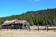 Celeiro velho nas montanhas Fotografia de Stock