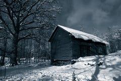 Celeiro velho no inverno imagem de stock