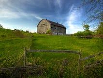 Celeiro velho no monte Foto de Stock