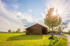 Celeiro velho perto da exploração agrícola no por do sol Imagens de Stock Royalty Free