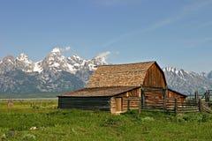 Celeiro velho perto das montanhas Imagem de Stock Royalty Free