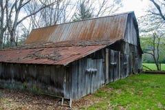 """Celeiro velho rústico no †""""Virgínia das madeiras, EUA Fotos de Stock"""
