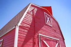Celeiro vermelho brilhante foto de stock royalty free