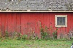 Celeiro vermelho brilhante Fotos de Stock Royalty Free