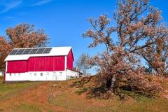 Celeiro vermelho com painéis solares fotos de stock
