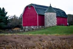 Celeiro vermelho com parte superior de pedra do silo e do cone fotos de stock
