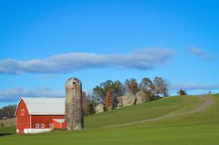 Celeiro vermelho com silo no campo de Wisconsin imagem de stock