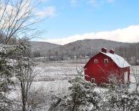Celeiro vermelho da neve Imagens de Stock