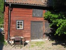 Celeiro vermelho de madeira velho. Linkoping. Suécia Imagens de Stock Royalty Free