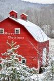 Celeiro vermelho do Feliz Natal na neve Fotos de Stock Royalty Free