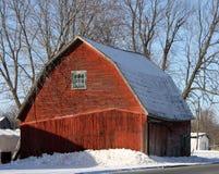 Celeiro vermelho do país no céu azul da neve da cidade Imagens de Stock Royalty Free
