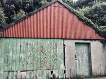 Celeiro vermelho e verde no dia Irlanda-nebuloso de Clifden Fotografia de Stock Royalty Free