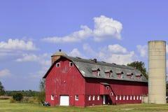 Celeiro vermelho longo fotografia de stock